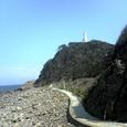 灯台まで続く道